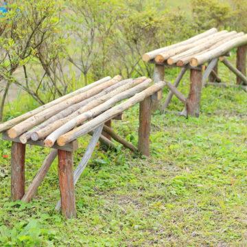 自然の風景に馴染む屋外用廃材ベンチ